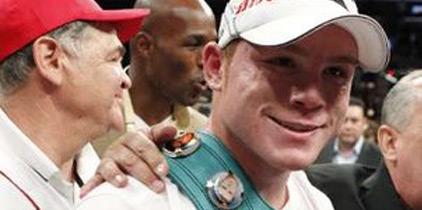Canelo Álvarez da lección de boxeo a Rhodes y retiene su título