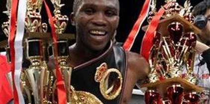 El ex campeón de la AMB, Paulus Moses, venció al monarca brasileño Sydney Siqueira
