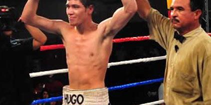 Ruiz retiene título mundial gallo; noquea a Arce
