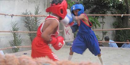 Una ciudad de Pakistán cambia las armas por los guantes de boxeo