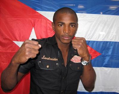 Cubano Lara vence al «Perro» Angulo en emotivo combate