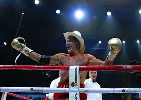 Mickey Rourke regresa con victoria al boxeo a los 62 años
