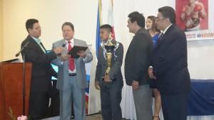 """Daniel Alonso entrega reconocimiento a """"Chocolatito"""" González"""