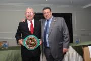 CMB entrega faja de campeón a Juan Carlos Tapia