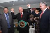 Juan Carlos Tapia recibe cinturón del CMB