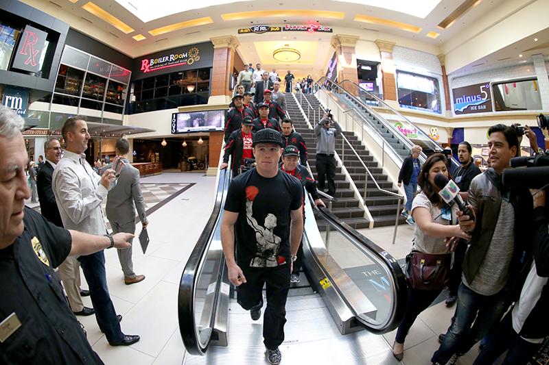 Las imágenes de la llegada triunfal de Cotto y 'Canelo' a Las Vegas