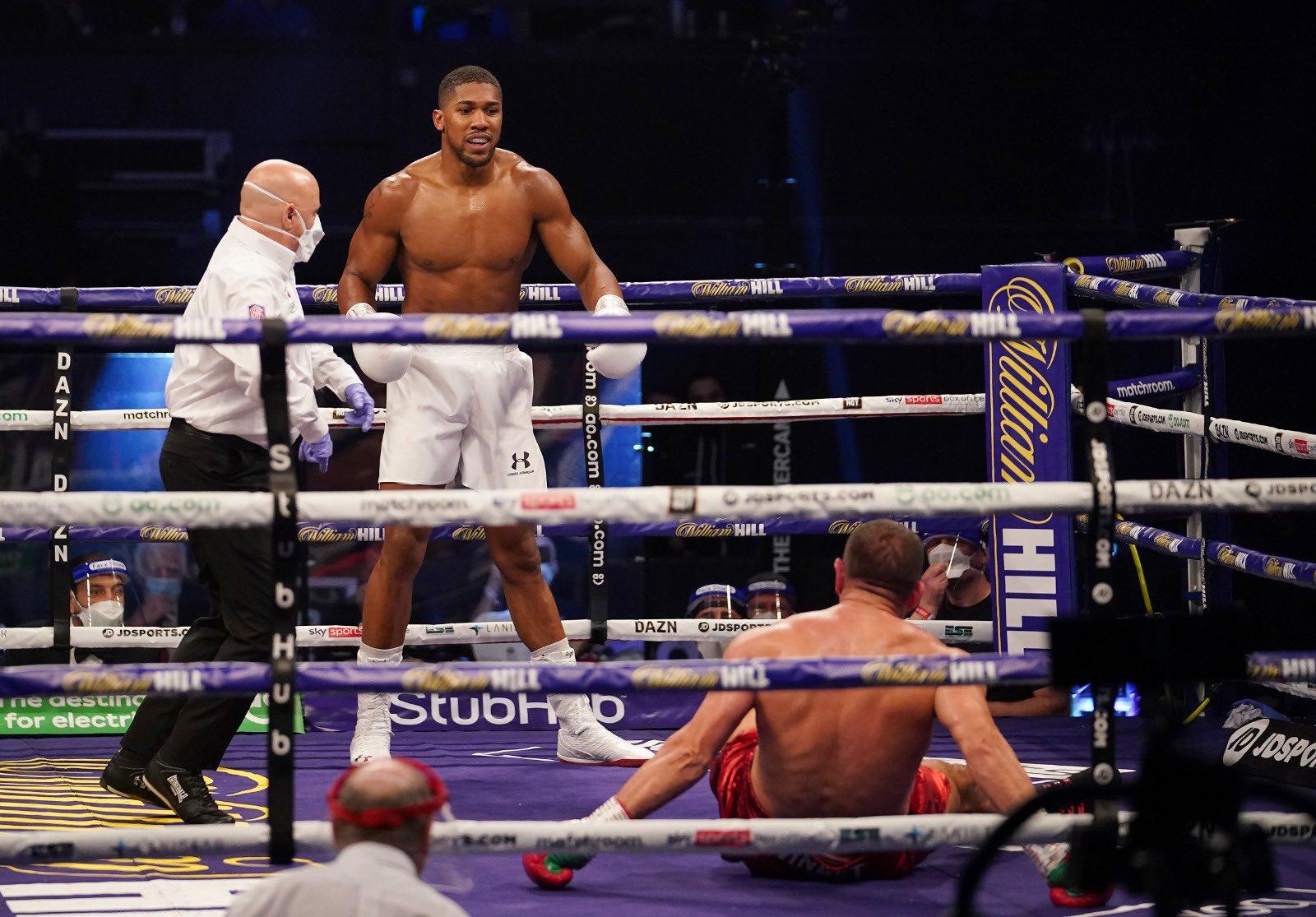 Joshua noquea a Pulev y retiene sus campeonatos pesados