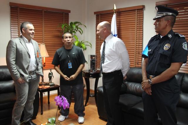 AMB dona implementos boxísticos a la policía