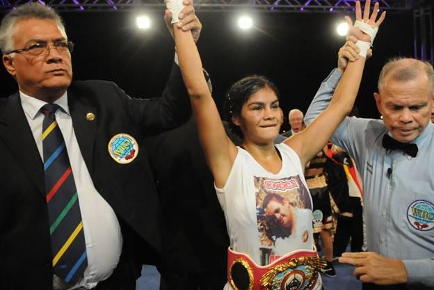 Ante una multitud Yésica Marcos conquistó la corona mundial supergallo de la OMB