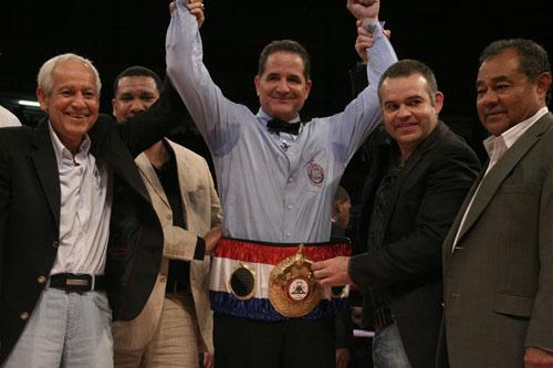 El boricua Luis Pabon va al ring en la Moreno vs De La Mora