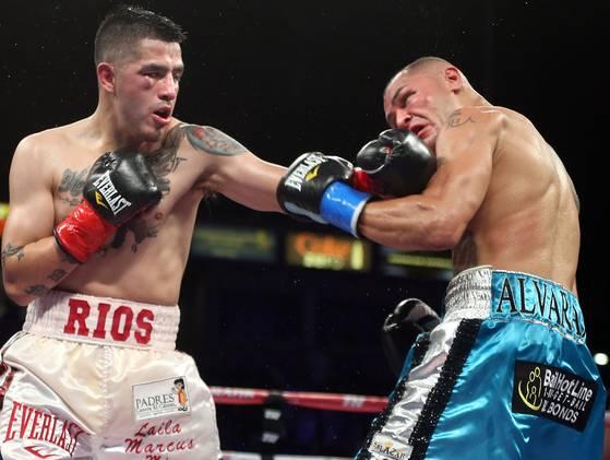 Brandon Ríos le ganó la guerra a Mike Alvarado en un combate espectacular