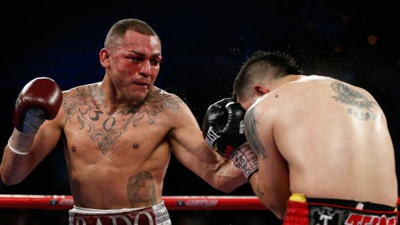 Mike Alvarado vence a Brandon Ríos y le quita el invicto