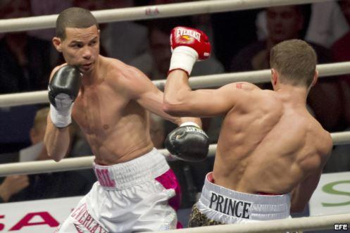 El cubano Richard Abril conservó el título mundial de boxeo