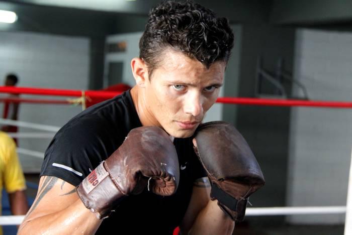 Óscar Escandón entrena en EEUU para título AMB