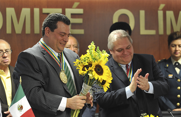 Sulaimán recibe medalla olímpica simbólica