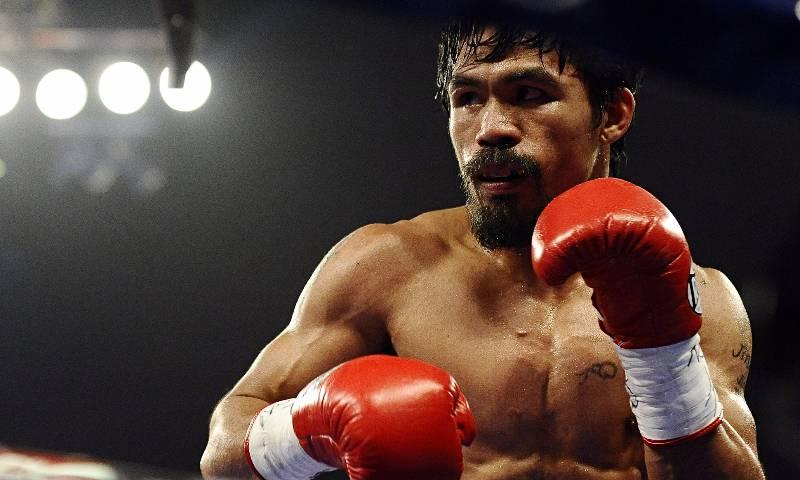 Manny Pacquiao levanta la mano para pelear contra McGregor