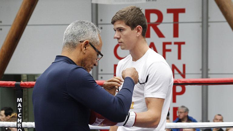 Boxeador inglés muestra lealtad total al técnico cubano que lo tuvo cerca del título mundial