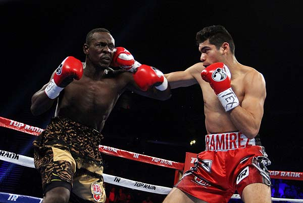 Al 'Zurdo' Ramírez le bastaron seis rounds para retener su corona supermediana de la OMB