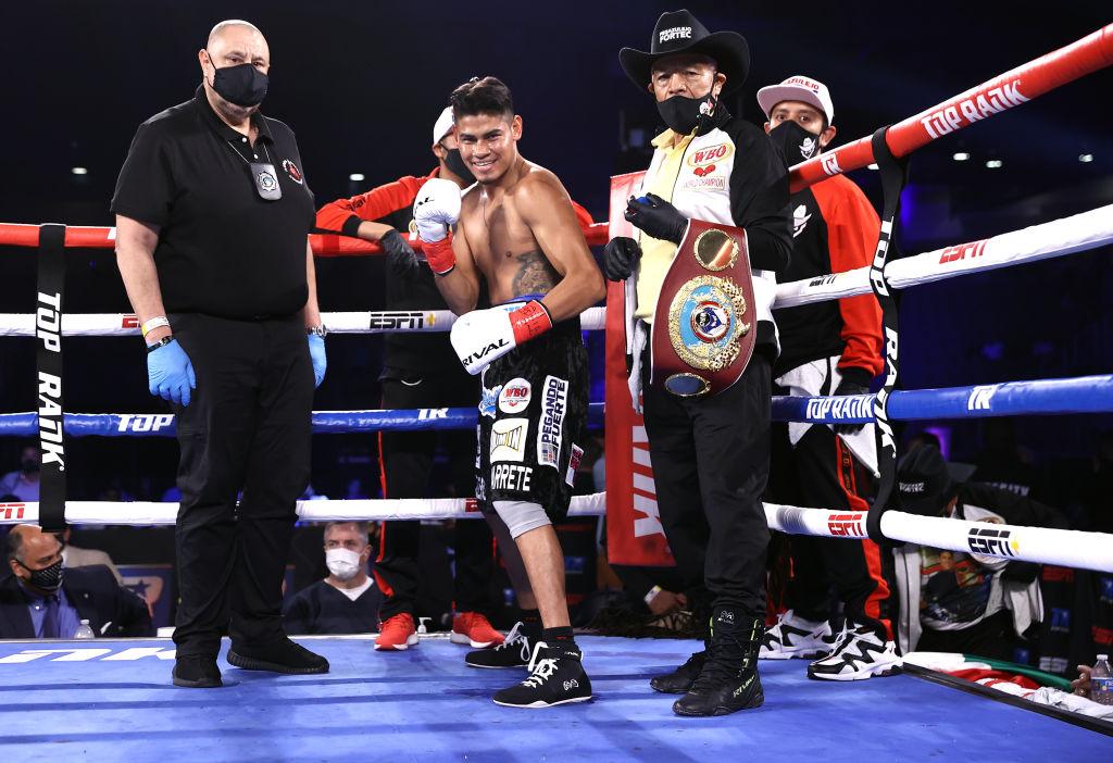 El Vaquero Navarrete derrota por KOT en 12 al Pitufo Díaz y retiene corona